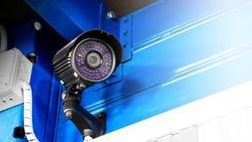 CCTV监视工厂厂房的安全监控相机里面安全保护系统范围控制的室内与火光光和拷贝空间 免版税库存图片