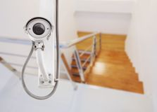 CCTV运行与台阶的照相机监视在房子里 免版税库存图片