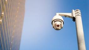 Cctv-Überwachungsüberwachungskamera auf Pfosten in der Stadt zur Sicherheitssystembereichssteuerung im Freien mit AufflackernLich lizenzfreie stockbilder