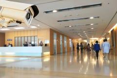 Cctv-Überwachungskamera, die im Krankenhausunschärfehintergrund funktioniert lizenzfreies stockbild