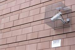 Cctv-Überwachungskamera in Kraft im Käfig befestigt an der Wand des Arbeitsplatzbürohauses in der Stadt, um Verbrechen zu verring stockfotos