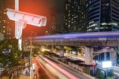 Cctv-Überwachungskamera mit Bangkok-Stadtnachtlicht Stockbilder