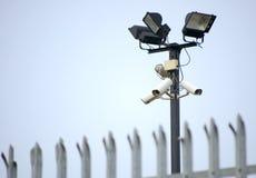 Cctv-Überwachungskameras u. Zaun stockfoto