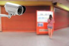 CCTV με τις γυναίκες που πληρώνουν για τα ποτά από τη μηχανή πώλησης Στοκ εικόνες με δικαίωμα ελεύθερης χρήσης