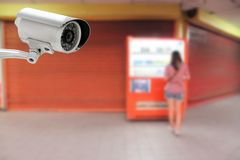 CCTV при женщины оплачивая для пить от торгового автомата Стоковые Изображения RF