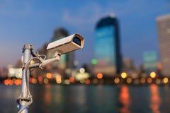 CCTV с предпосылкой bokeh города ночи, syste камеры слежения Стоковые Изображения