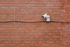CCTV auf der Backsteinmauer Stockfotografie