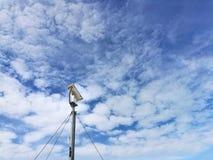 CCTV auf Hintergrund der Wolke und des blauen Himmels Stockfotos