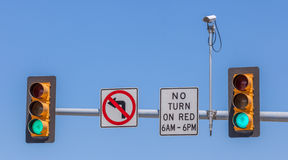 CCTV, bevakningsäkerhetskamera med trafikljuset och si Arkivbilder