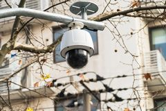 CCTV cámara de vigilancia de 360 grados sobre el camino con el vidrio abovedado Foto de archivo libre de regalías