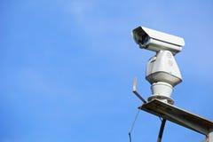 CCTV con el cielo azul imagen de archivo