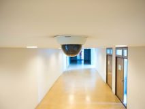 Cctv för bevakningkameran som installeras på taket royaltyfri foto