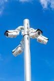 Cctv-Fernsehen, Überwachungskamera auf Hintergrund des blauen Himmels Stockbild