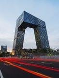 Cctv-högkvarter på natten, Peking, Kina Arkivbilder
