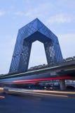 CCTV Headquartes na noite, Pequim, China Imagens de Stock