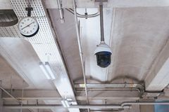 CCTV im Gebäude am Flughafenabfertigungsgebäude, Überwachungskameramonitor Stockfotografie