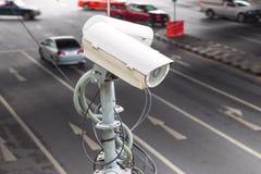 CCTV inwigilaci lub kamery bezpieczeństwa działanie na ruch drogowy drodze a obrazy royalty free