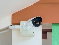 CCTV kamera bezpieczeństwa pod dachem obraz royalty free