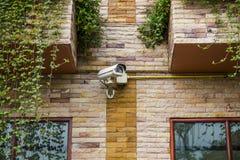 CCTV kamera bezpieczeństwa przy piaskowcową powierzchownością. Zdjęcia Stock