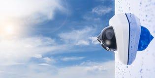 CCTV kamera na mokrej ścianie na nieba tle, przestrzeń dla teksta Pojęcie - technologia i ochrona obrazy stock