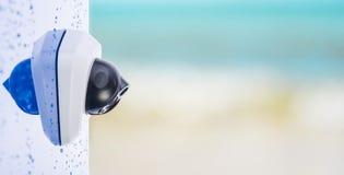 CCTV kamera na mokrej ścianie, piękny rozmyty tło z przestrzenią dla teksta Pojęcie - technologia i ochrona fotografia stock