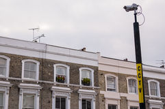 Cctv-kamera på en pol med lägenheter i bakgrunden Royaltyfri Fotografi