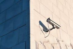 Cctv-kamera på en vägg Arkivfoton