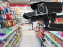 Cctv-kameran eller säkerhetskameran på återförsäljnings- shoppar suddig bakgrund Fotografering för Bildbyråer
