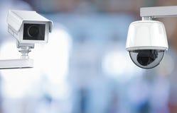Cctv-kameran eller säkerhetskameran på återförsäljnings- shoppar suddig bakgrund Royaltyfri Fotografi
