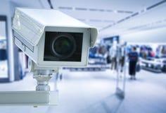 Cctv-kameran eller säkerhetskameran på återförsäljnings- shoppar suddig bakgrund Arkivbild