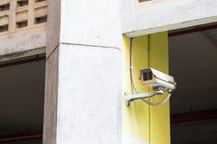 Cctv-kameran monterade på taket och väggen Arkivfoto