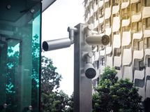 Cctv-kamerasäkerhet i en stad fotografering för bildbyråer