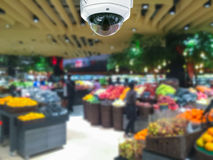Cctv-kamerasäkerhet i shoppinggalleria med supermarket gör suddig tillbaka Arkivbilder