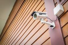 Cctv-Kamerasicherheit auf Wand für Sicherheitskonzept Stockbilder