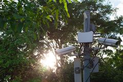 Cctv-kameror inom parkera Arkivfoto