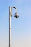 Cctv-kameror med blå himmel Fotografering för Bildbyråer