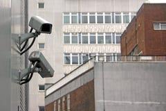 Cctv-kameror på sida av byggnad Royaltyfria Bilder