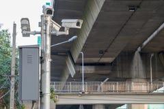 Cctv-kameror som installeras längs vägen till säkerhetskontrollen Royaltyfri Fotografi