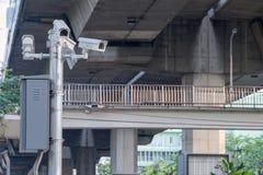 Cctv-kameror som installeras längs vägen till säkerhetskontrollen, medan köra Fotografering för Bildbyråer