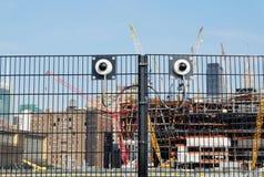 Cctv kamery bezpieczeństwa na ogrodzeniu obrazy royalty free