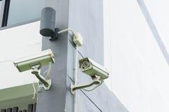 CCTV kamery instalować wzdłuż ścian Pomagać monitorować co jest obrazy stock