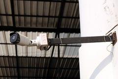 CCTV kamery ochrona na purpurowej ścianie Z miejscem, twój tekst obrazy royalty free