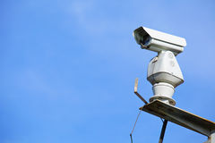 CCTV med blå himmel fotografering för bildbyråer
