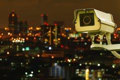 CCTV mit Bluring-Stadt im Hintergrund lizenzfreies stockbild