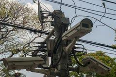 CCTV moderno sul paesaggio urbano della parete del fondo immagini stock libere da diritti