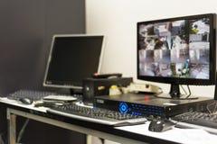 Cctv-Monitor in der Sicherheitsraummitte Stockfotografie