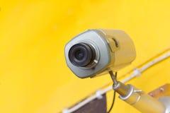 CCTV na żółtej ścianie Obrazy Royalty Free