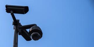 CCTV no céu azul foto de stock