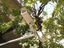 CCTV på gatan - kamerarengöringsdukkam för säkerhet arkivfoton