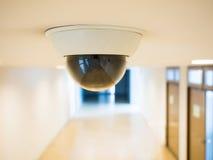 Cctv per la videosorveglianza installata sul soffitto fotografia stock libera da diritti